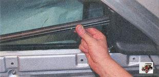снимите уплотнитель стекла передней двери