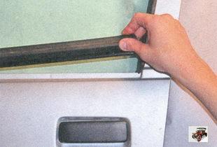 снимите наружный уплотнитель стекла передней двери