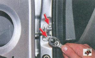болты крепления ограничителя открывания передней двери к стойке кузова
