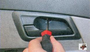 винт крепления облицовки внутренней ручки задней двери