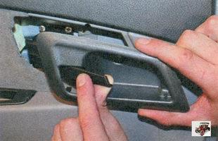 снимите облицовку внутренней ручки задней двери