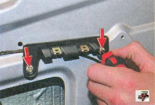 винты крепления кронштейна внутренней ручки задней двери