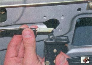 наконечник тяги внутренней ручки замка задней двери