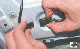 разъем жгута проводов моторедуктора блокировки замка задней двери