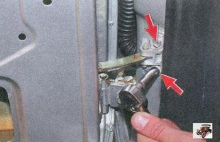 болт крепления ограничителя открывания задней двери