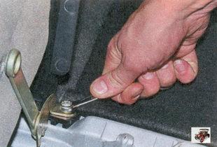 винт крепления петли подлокотника к кузову