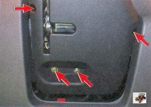 винты крепления средней и задней части облицовочных кожухов рулевой колонки