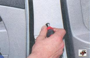 винт крепления верхней облицовки стойки кузова