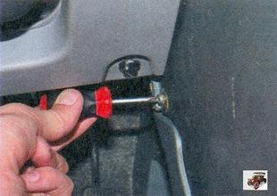 винты крепления центральной консоли панели приборов