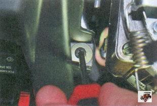 винт крепления панели приборов слева от рулевой колонки