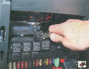 болт крепления «массовых» проводов панели приборов к кронштейну кузова