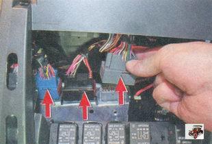 три разъема жгута от разъемов, установленных на кронштейне