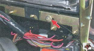 гайка крепления «массового» провода жгута панели приборов