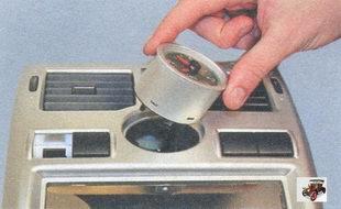 снятие часов из накладки консоли