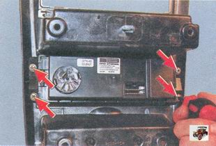 винты крепления блока управления отопителем салона к накладке консоли