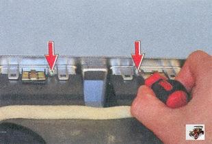 винты крепления центрального сопла системы вентиляции к накладке консоли
