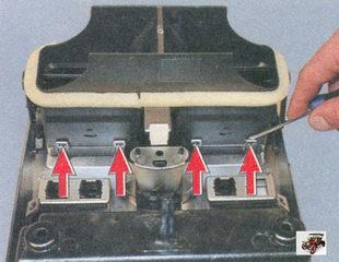 фиксаторы снизу сопла системы вентиляции салона