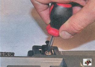 винт крепления выключателя подсветки вещевого ящика (бардачка)