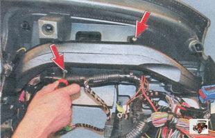 винты крепления левого воздуховода системы вентиляции