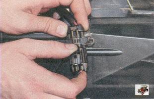 фиксатор разъема жгута проводов электровентилятора отопителя салона