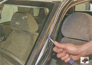 подденьте отверткой край боковой накладки лобового стекла