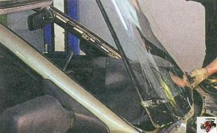 снимите лобовое стекло с автомобиля
