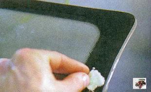 нанесение активатора на край лобового стекла