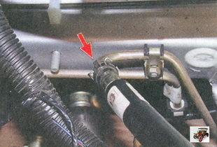 место соединения гибкого шланга с топливопроводом