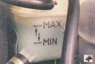 уровень охлаждающей жидкости должен быть между метками «MIN» и «МАХ», нанесенными на стенку расширительного бачка
