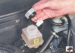 крышка тормозного бачка с вмонтированным в нее датчиком сигнальной лампы аварийного состояния тормозной жидкости лада приора ваз 2170