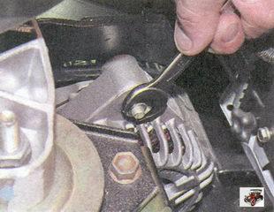 гайка крепления генератора к натяжному кронштейну