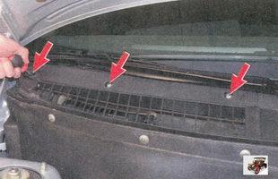 винты крепления правой накладки рамы ветрового окна