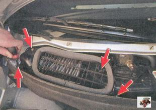 винты крепления крышки фильтра вентиляции и отопления салона