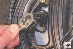 болт крепления модуля зажигания к крышке головки блока цилиндров