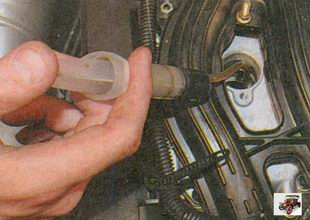 для выяснения причин недостаточной компрессии залейте в цилиндр с пониженной компрессией около 20 см. куб. чистого моторного масла