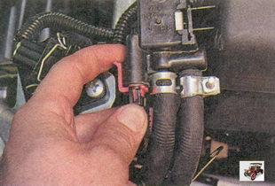 разъем жгута проводов с электромагнитного клапана продувки адсорбера