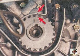 метки нанесены на зубчатый шкив коленвала (точка) и крышку масляного насоса (треугольный вырез)