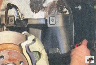 винт крепления правого грязезащитного щитка к подкрылку