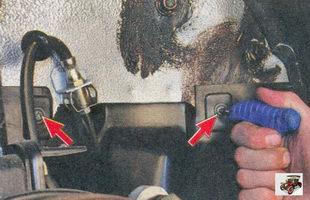 винты крепления правого грязезащитного щитка к кузову