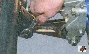болт крепления штанги правой опоры двигателя к поперечине