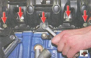 гайки и болты крепления впускного коллектора к головке блока цилиндров Лада Приора ВАЗ 2170