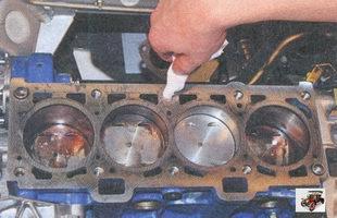 удаление масла из резьбовых отверстий в блоке под болты крепления головки блока цилиндров