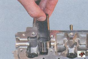 снятие гидротолкатель из гнезда головки блока цилиндров Лада Приора ВАЗ 2170