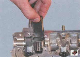 снятие гидротолкатели клапанов из отверстий головки блока цилиндров