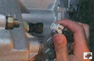 разъем жгута проводов от выключателя света заднего хода на коробке передач