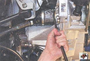 внутренний шарнир левого привода передних колес