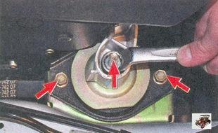 гайка крепления кронштейна передней опоры силового агрегата к подушке опоры; болты крепления подушки к кузову