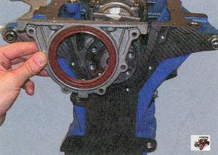 снятие держателя с установленным в нем сальником