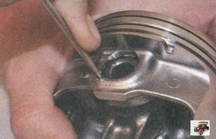снятие стопорного кольца поршневого палеца