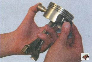 снятие палеца из поршня
